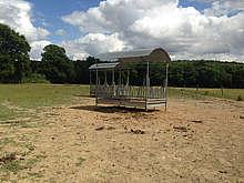 Attention aux zones de piétinement poussiéreuses en été autour des râteliers