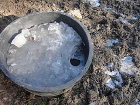Bac dont la glace est percée pour boire