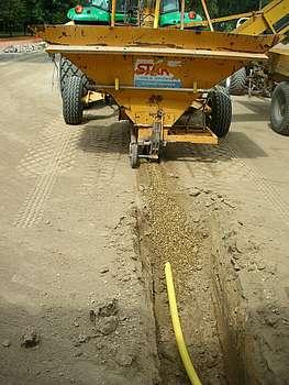 Réalisation de tranchées drainantes pour sol engazonné ©Ifce